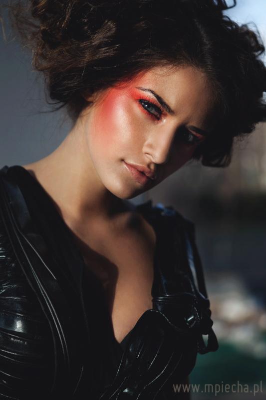czerwony makijaż do sesji beauty