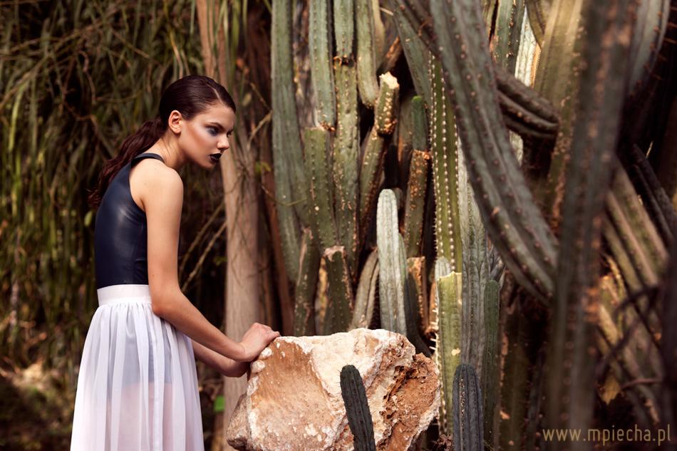 mroczny makijaż do sesji fashion w palmiarni