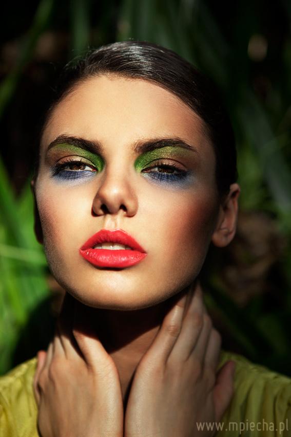 kolorowy makijaż do sesji fashion w palmiarni