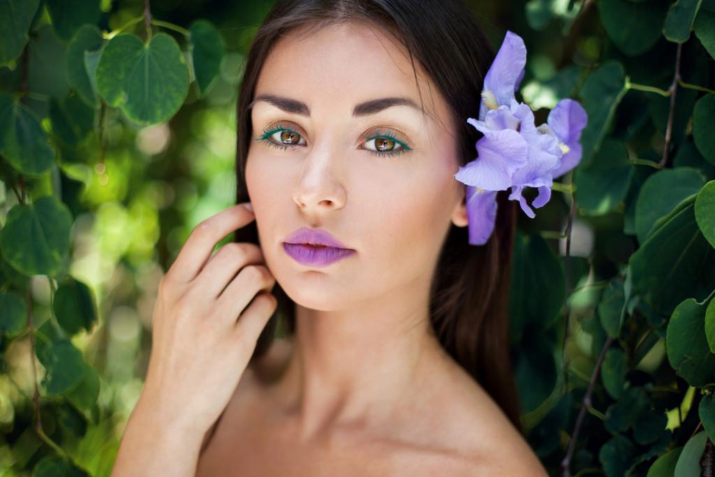 makijaż beauty fioletowe usta zielone rzęsy