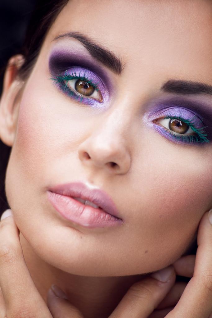makijaż beauty fioletowe oczy zielone rzęsy