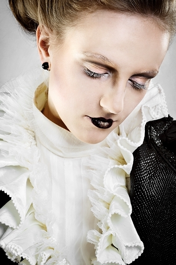 białe rzęsy i czarne metaliczne usta